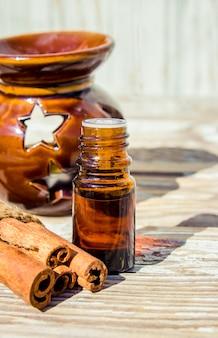 Эфирное масло корицы и аниса в бутылочке.