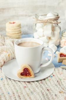 マシュマロとクッキーの心とココア。セレクティブフォーカス