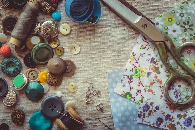 生地、パターン、生地、糸、ボタンを切るためのはさみ。セレクティブフォーカス