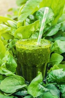 野菜と果物のグリーンスムージー。デトックスデー。スラグの痩身と排泄健康的な食事。セレクティブフォーカス