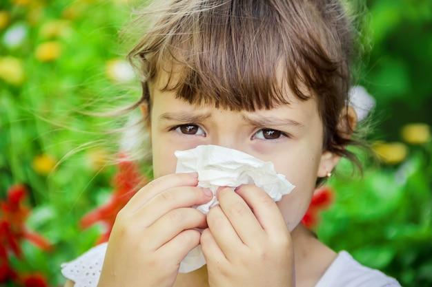 子供の季節性アレルギーコリザ。セレクティブフォーカス自然。