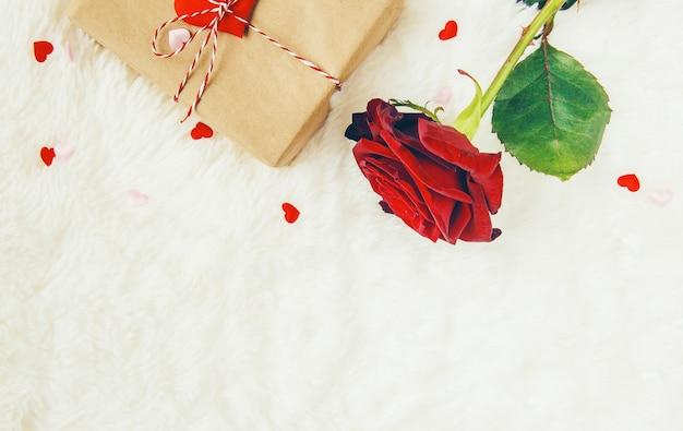 休日の愛と楽しい気分をテーマにした美しい背景。
