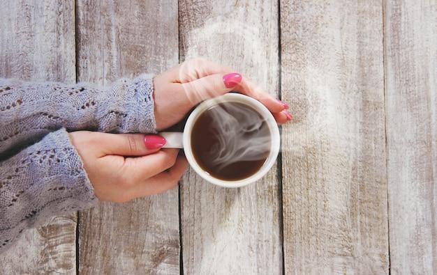男と女の手の中にお茶を一杯。セレクティブフォーカス