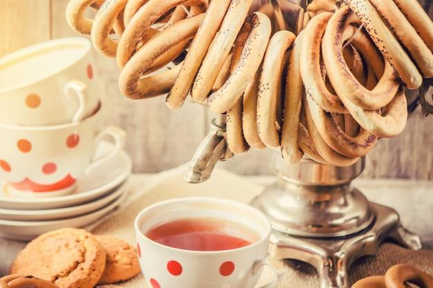 サモワールとベーグル紅茶。セレクティブフォーカス