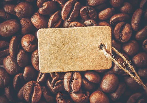 Кофейное зерно. чашка кофе. выборочный фокус.