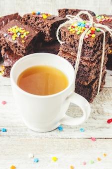 Домашнее печенье с зеленым чам на завтрак. выборочный фокус. деревянный фон