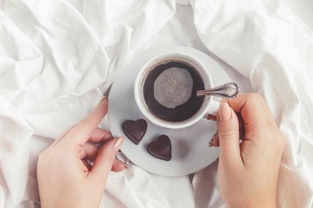 ベッドの中でコーヒー。セレクティブフォーカス飲み物が大好きです。