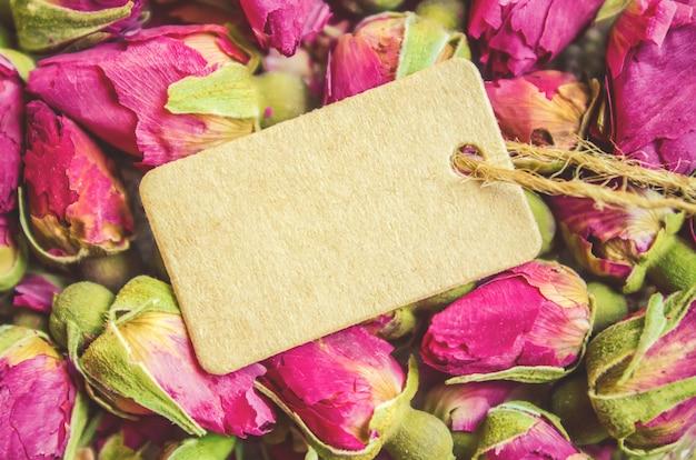 バラの蕾とタグ。セレクティブフォーカス