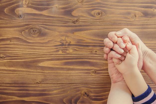 Руки людей. выборочный фокус. семейная пара рук.