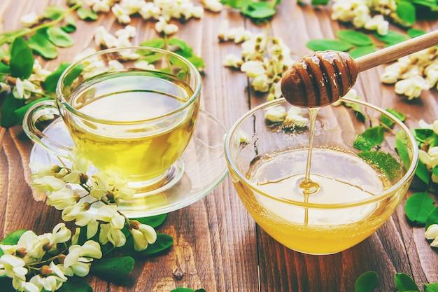 アカシアと紅茶で蜂蜜します。セレクティブフォーカス