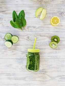 野菜と果物のグリーンスムージー。デトックスデー。