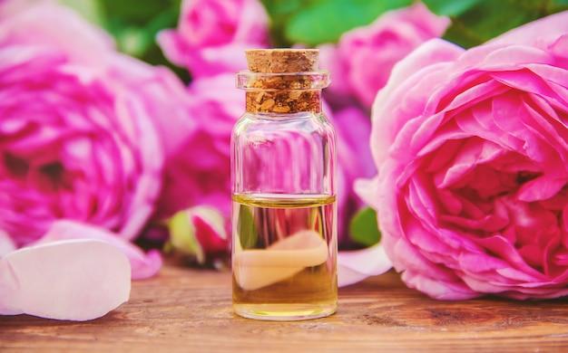 明るい背景にバラのエッセンシャルオイル。セレクティブフォーカス