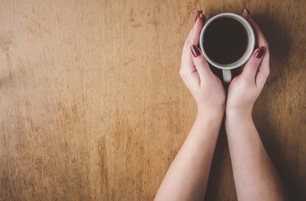 彼の手の中に朝食のためのコーヒーカップ。セレクティブフォーカス