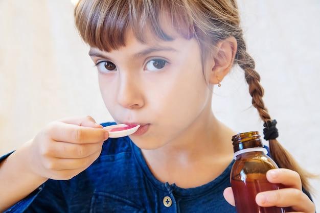 病気の子供の女の子。治療を行う。選択フォーカス。