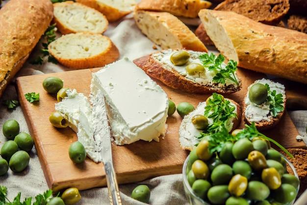 チーズとオリーブのサンドイッチ。セレクティブフォーカス