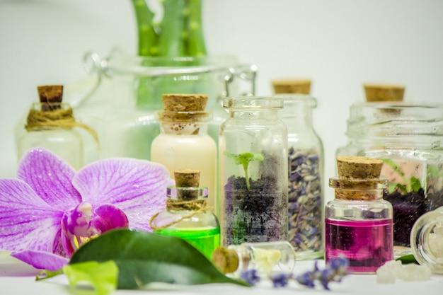 小瓶の中の花と植物エキス