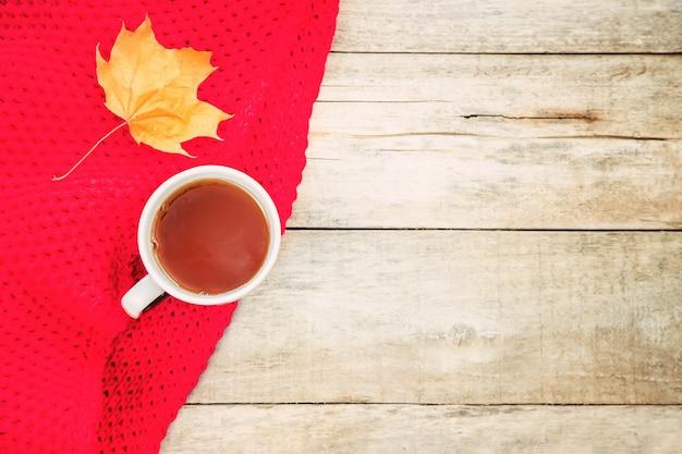 紅茶と居心地の良い秋の背景のカップ。選択フォーカス。