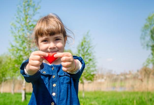 Сердце в руках ребенка