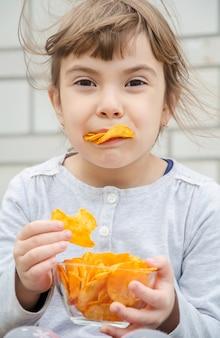 Ребенок ест чипсы