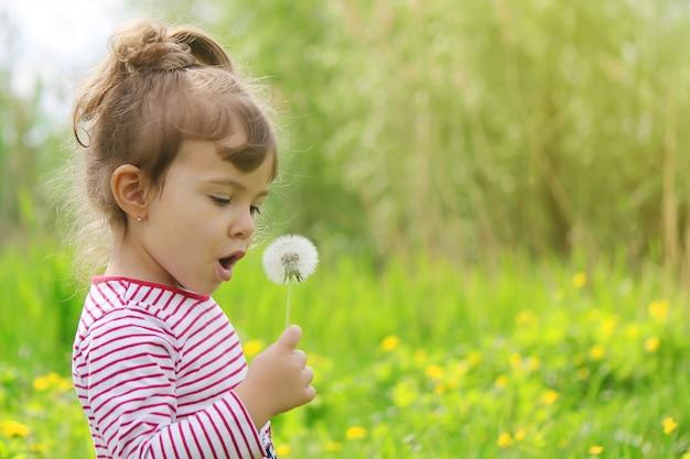 外の春に花を持つ少女。セレクティブフォーカス