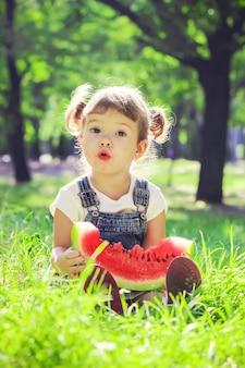 子供がスイカを食べます。セレクティブフォーカス