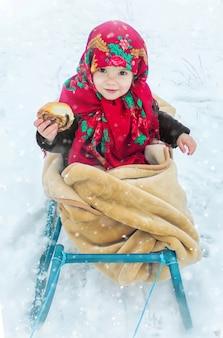 子供は冬です。セレクティブフォーカス