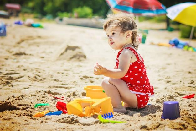 Девочка на пляже, у моря. выборочный фокус.