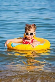 海沿いのビーチで女の赤ちゃん。セレクティブフォーカス