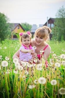 女の子、子供、春の花を果たしています。セレクティブフォーカス