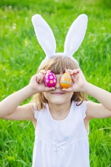Ребенок с кроличьими ушами. пасха. выборочный фокус.