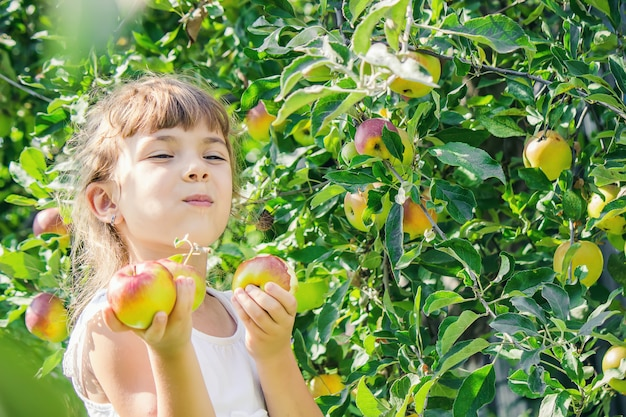 Ребенок с ребенком с яблоком. выборочный фокус.