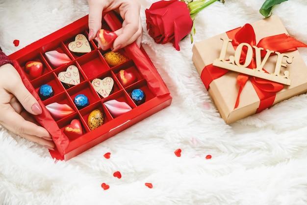 最愛の人のための甘い贈り物。セレクティブフォーカス