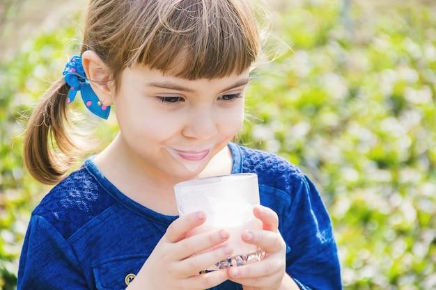 子供は牛乳を飲みます。セレクティブフォーカスキッズ