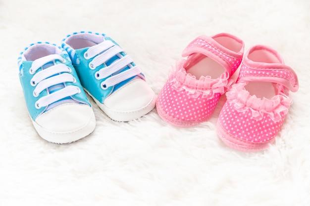 男の子か女の子のアクセサリー生まれたばかりの赤ちゃん。セレクティブフォーカス