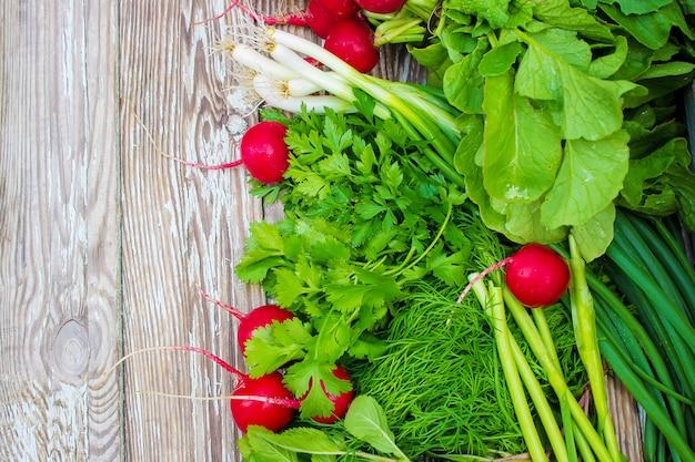 白い木製の背景にさまざまな自家製野菜。セレクティブフォーカス