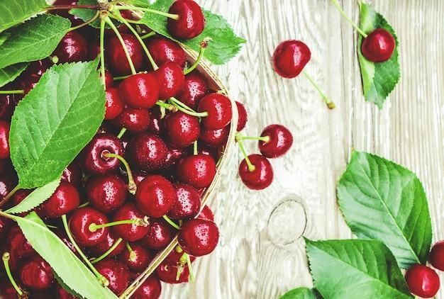 赤いチェリーセレクティブフォーカス食品自然フルーツ。