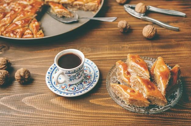 木製の背景上のナッツとバクラヴァ。セレクティブフォーカス