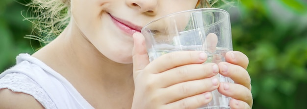 水の入ったグラス。セレクティブフォーカス飲食。