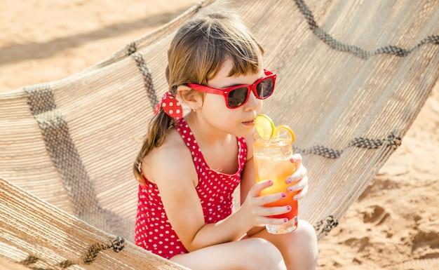 海で休む女児。セレクティブフォーカス自然。