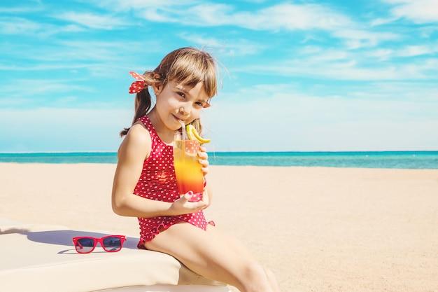海で休む女児。セレクティブフォーカス