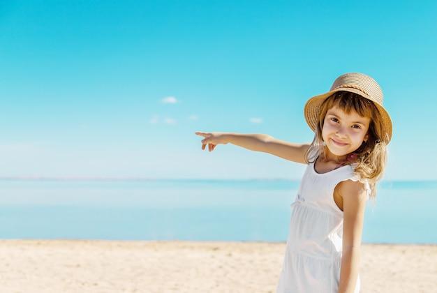 Ребенок на пляже. морской берег. выборочный фокус.