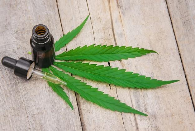 大麻のハーブや葉のトリートメントブロス、チンキ剤、エキス、オイル。セレクティブフォーカス