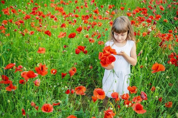 ケシのフィールドで子供の女の子。