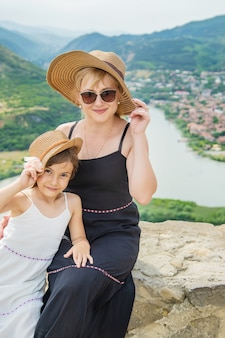 ジョージア州の観光スポットの背景に母親と子供