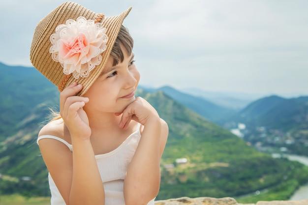 Ребенок на фоне достопримечательностей грузии