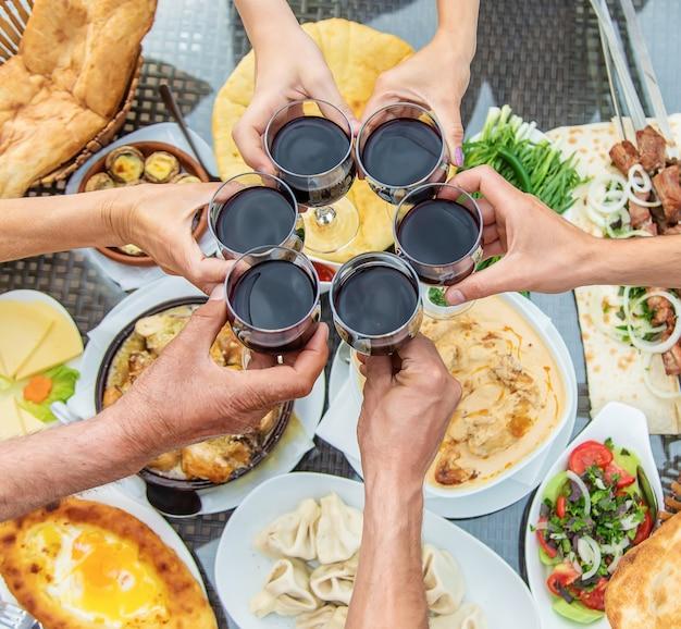 テーブルの上のグルジア料理