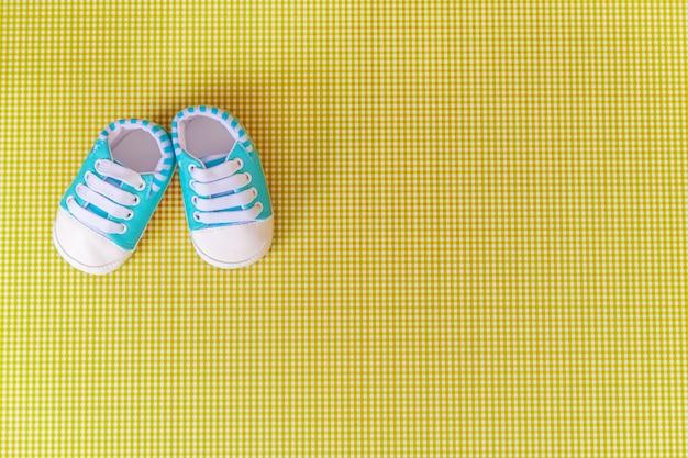 Детские аксессуары для новорожденных на цветном фоне.
