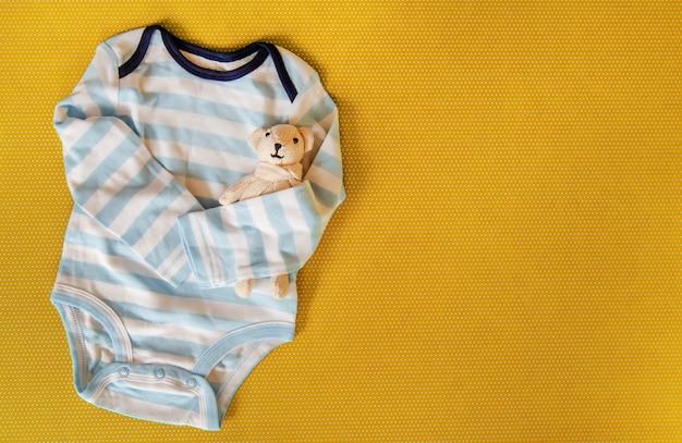 色付きの背景上の新生児のためのベビーアクセサリー。