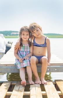 湖で泳いでいる子供たち。