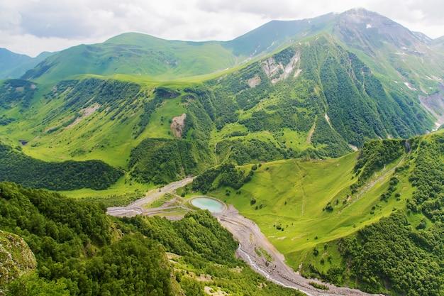 ジョージアの山々と山の川。